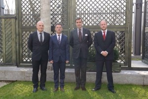 De izda a dcha.: Xabier Ziritza, presidente del Concejo de Badostáin,  Alfonso Etxeberria, alcalde, Pablo García-Bersony, embajador y Joseba Orduña, concejal de Cultura..