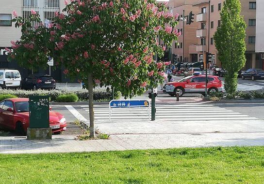 Momento en el que la Policía Foral se dirige hacia el lugar del accidente. Foto: Sarrigurenweb.com