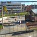 Continúan las obras para colocar un toldo en los columpios del parque central de Sarriguren